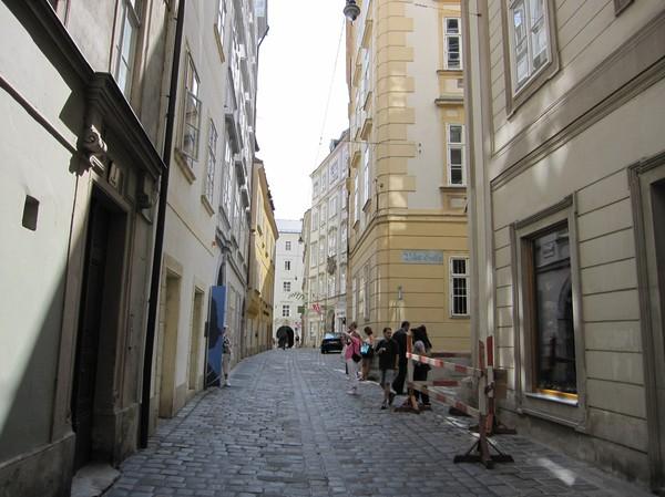 Medeltida Wien längs Domgasse bakom Stephansplatz.