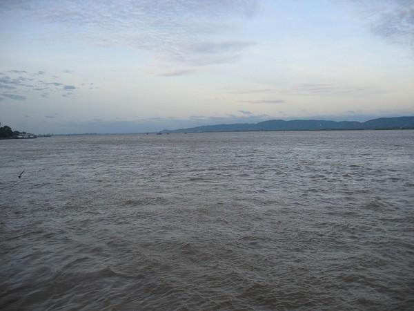 Livet längs Ayeyarwaddy River. På väg till Bagan från Mandalay med färja.
