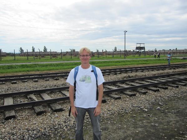 Stefan vid dödens räls i Birkenau.