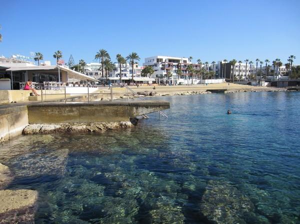 En tapper badare. Strandpromenaden i Pafos, Cypern.