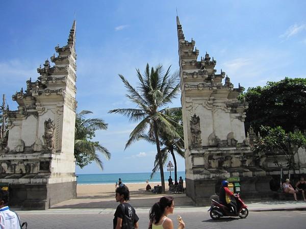 En av många entréer till Kuta beach, Bali.