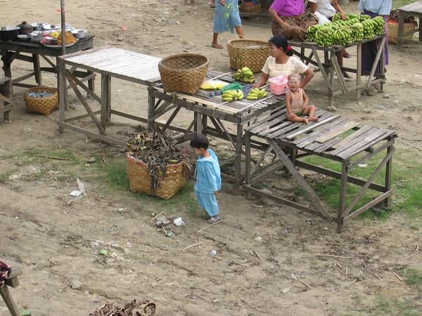 Frukt till salu när färjan lägger till, Ayeyarwaddy River.