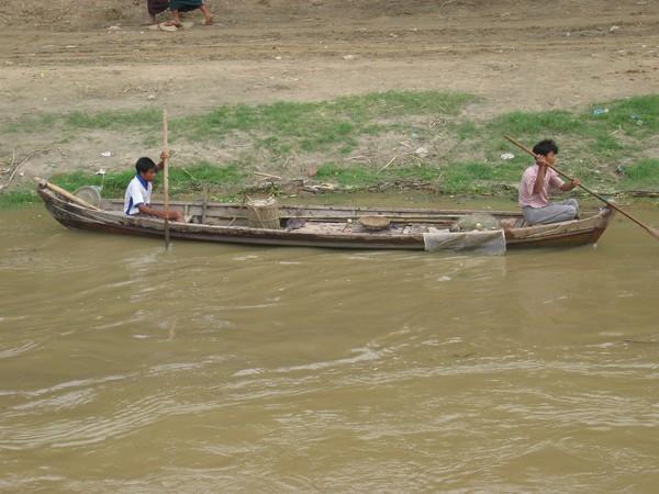 Fiskarpojkar i båt längs Ayeyarwady River.