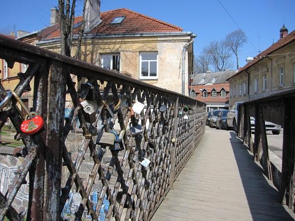 En av två broar med hänglås, Užupis, Vilnius.