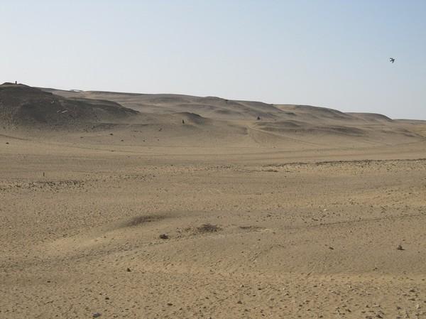 Öknen vid pyramiderna. Jag var helt ensam här ute och promenerade. Utsikten över pyramiderna var magnifik!