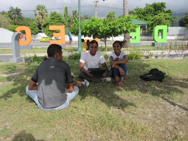 Möte med ungdomar i parken Largo De Lecidere i centrala Dili. Dom ville ha hjälp att registrera Facebook-konton, men det var nästan omöjligt att ladda Facebook-sidan på grund av den sega gratis-wifi som regeringen låtit fixa. Glädjen hos dessa ungdomar berörde mig djupt.