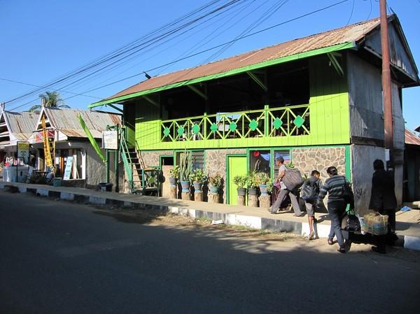 Restaurang längs huvudgatan i Labuan Bajo, Flores.