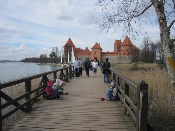 Slottet i Trakai med sista gångbron över till ön, Trakai.