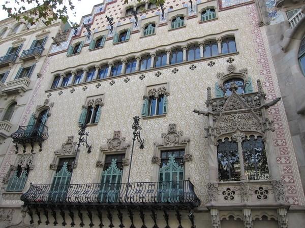 Fasader bredvid Casa Batlló, Barcelona.