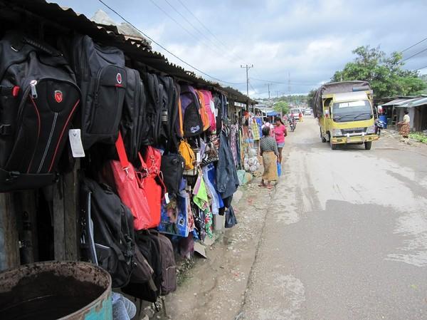 Försäljning av väskor och kläder, Baucau new town, Timor-Leste.
