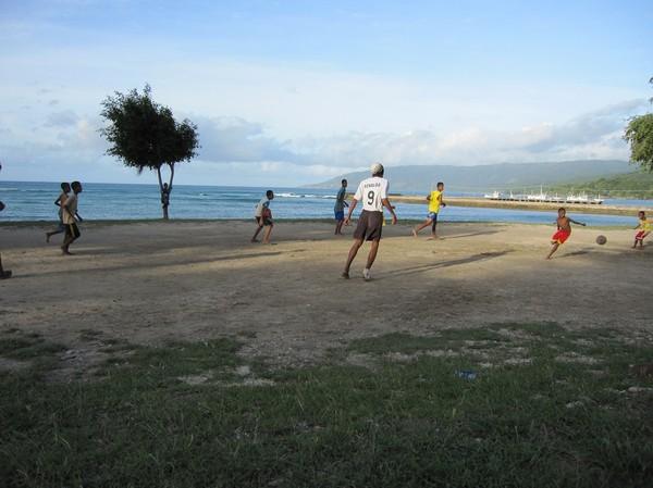 Som vanligt en massa fotboll, Com, Timor-Leste.