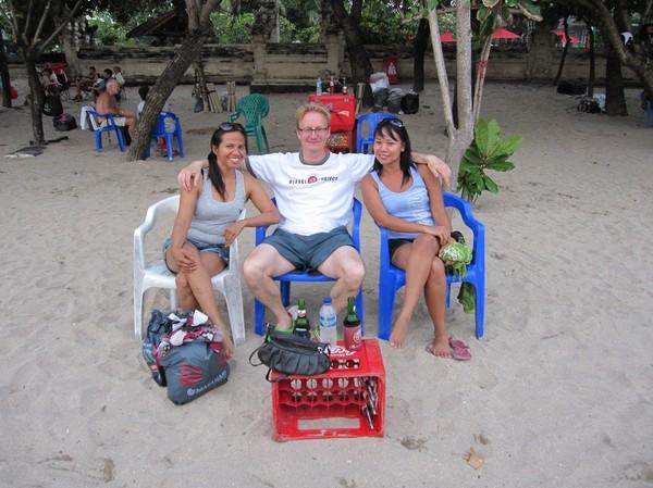 Stefan med nyvunna vänner från Surabaya, Java strax innan solnedgången, Kuta beach, Bali.