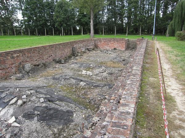 Entrén till en av de fyra gaskamrar som fanns i Birkenau. Denna är en av två som var byggda under jord. De två andra var byggda ovan jord. 2000 människor kunde gasas ihjäl vid ett och samma tillfälle.