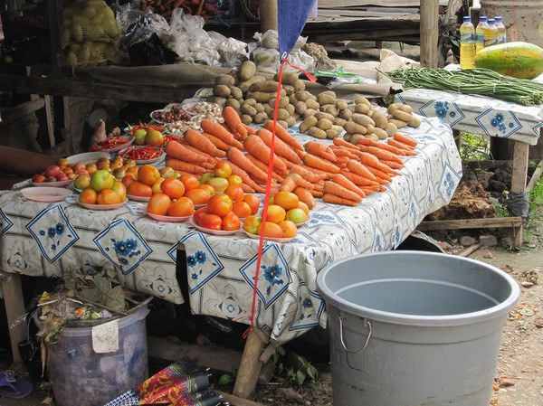Grönsaker och potatis till försäljning i Baucau new town, Timor-Leste.