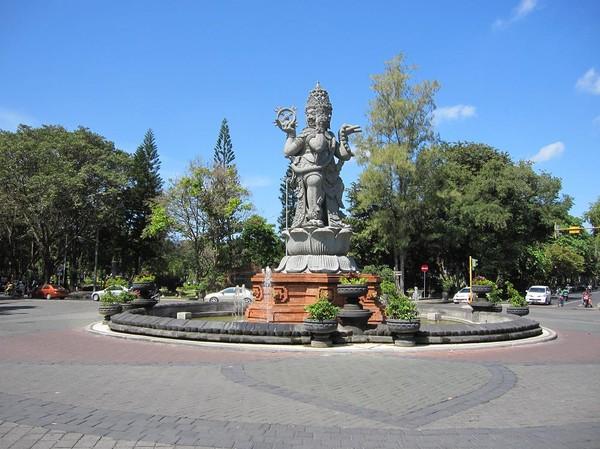 Rondell i centrala Denpasar, Bali.