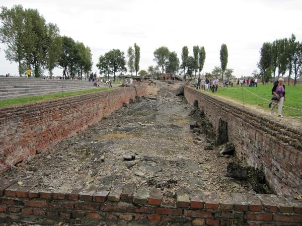 Alla fyra gaskamrar med tillhörande krematorier sprängdes av SS när de insåg att slaget var förlorat, för att förstöra bevis. Här leddes fångarna ned i tron att de skulle få duscha.