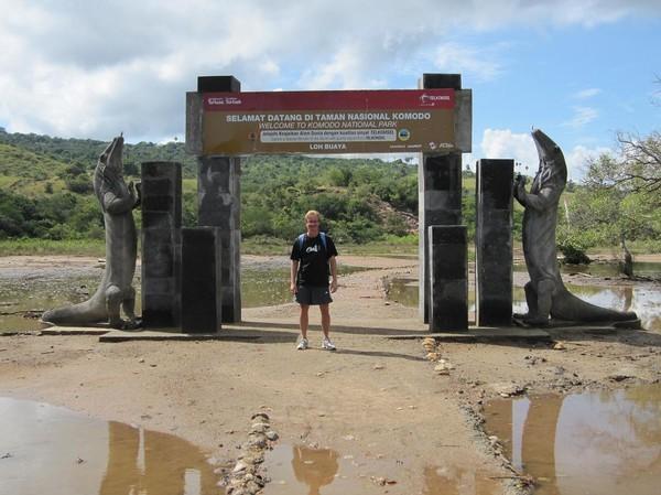 Stefan vid den officiella entrén till Komodo National Park på Rinca island.