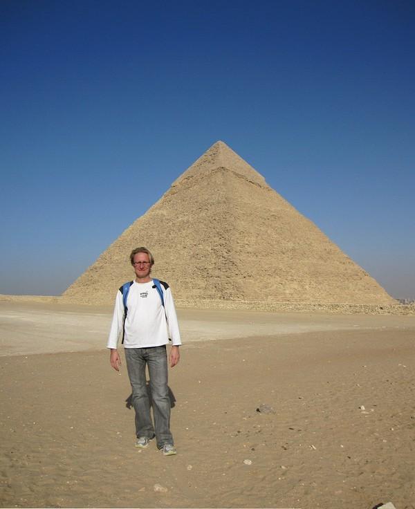 Stefan framför Chephren pyramiden.