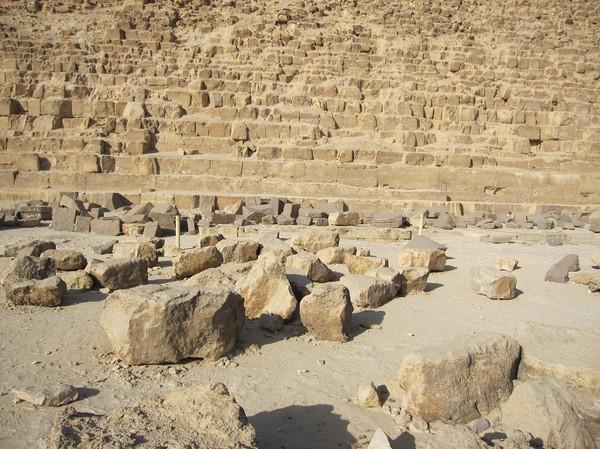 Nedfallna stenblock framför Chephren pyramiden.