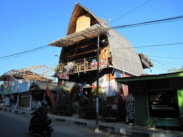 Restaurang Treetop längs huvudgatan i Labuan Bajo, Flores.