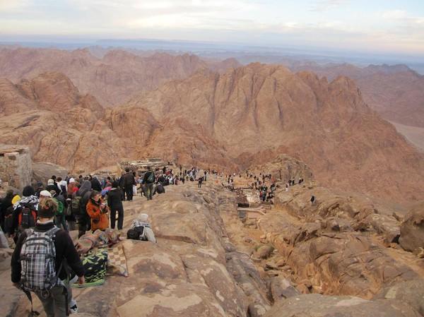 Massorna har påbörjat den långa vandringen ner för berget, Mount Sinai.