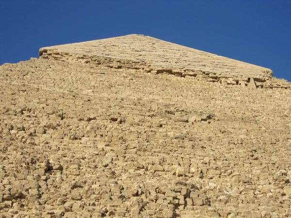 Chephren pyramiden känns lätt igen på att den har kvar en del av sin kalkstensbeläggning på toppen. Företställ dig att hela pyramiden var täckt med ett kalkstenslager. Snacka om att glimra i solen! I och med att lagret i stort sett försvunnit så är pyramiden mycket mer sårbar för väder och vind. Alla tre pyramiderna var heltäckta urpsprungligen.