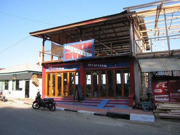 Dykshop längs huvudgatan i Labuan Bajo, Flores.