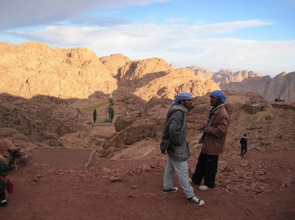 Ett par beduiner som gissningsvis samtalar om dagens affärer, Mount Sinai.