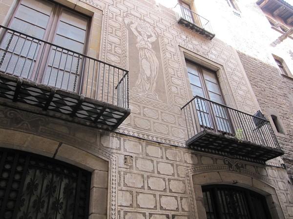 Fasad längs gatan Carrer del Bisbe, La Ribera, Barcelona.