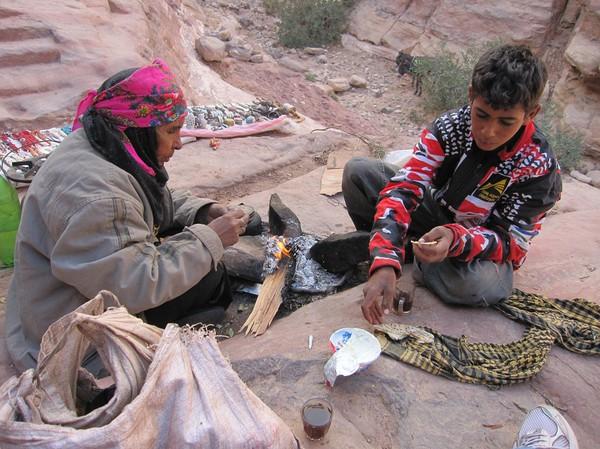 Här dricker jag te med beduiner. På väg upp till Ad-Deir (Monastery), Petra.