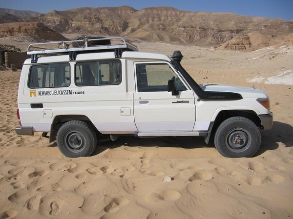Framme med jeepen och dags för nästa etapp till fots. Först någon kilometer till oasen med beduin lunchen, och sedan vidare mot White Canyon.