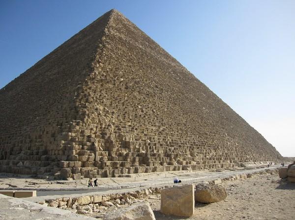 Första åsynen av Cheops, som är den största (146 meter hög när den var som högst, numera får man dra bort ca 9 meter) av pyramiderna, gör att man får gåshud!