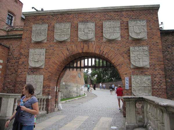 Entrén upp mot Wawel Royal Castle, Krakow.