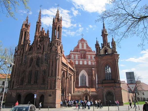 St. Anne's Church i förgrunden och Church of St.Francis and St.Bernardino i bakgrunden, gamla staden Vilnius.