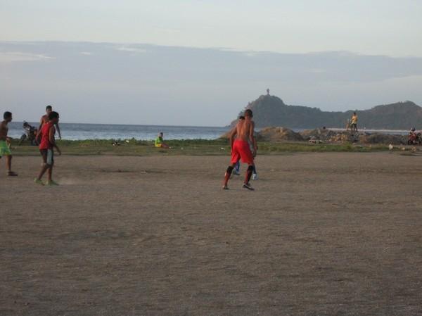 Fotboll med jesusstatyn i bakgrunden, centrala Dili.