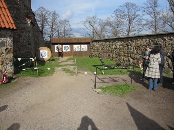 Här fick man testa att skjuta med bland annat armborst, slottet i Trakai, Trakai.