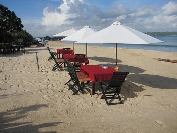 Det är det här Jimbaran beach är mest känt för. Seafood-restauranger längs stranden, Jimbaran beach, Bali.