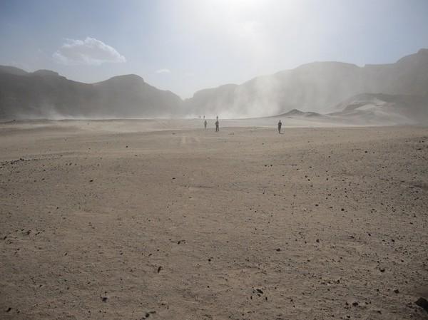 Jag går först och fotograferar bakåt mot de andra i gruppen. Det hade vid det här laget börjat blåsa ordentligt och små sandstormar uppstod. Detta kan ses på bilden. Häftigt!
