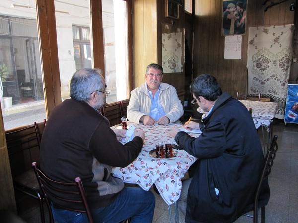 Turkar som spelar kort och dricker te i den turkcypriotiska delen av Nicosia.