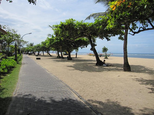 Promenad längs Sanurs vackra beachwalk, Sanur beach, Bali.