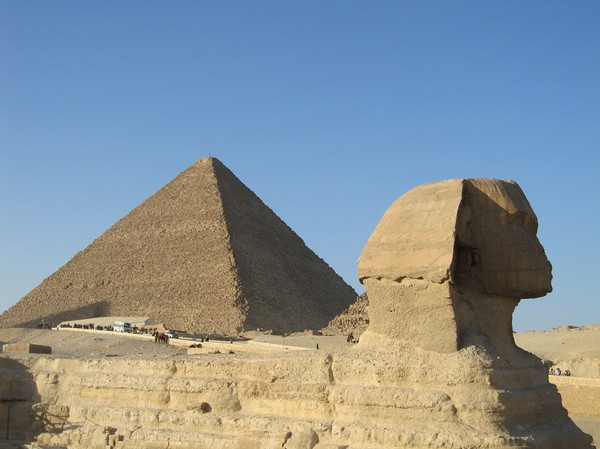 Sphinxen med Cheops pyramiden i bakgrunden.