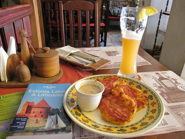 Lunch på Forto Dvaras, potatispannkakor med bacon, gamla staden Vilnius.