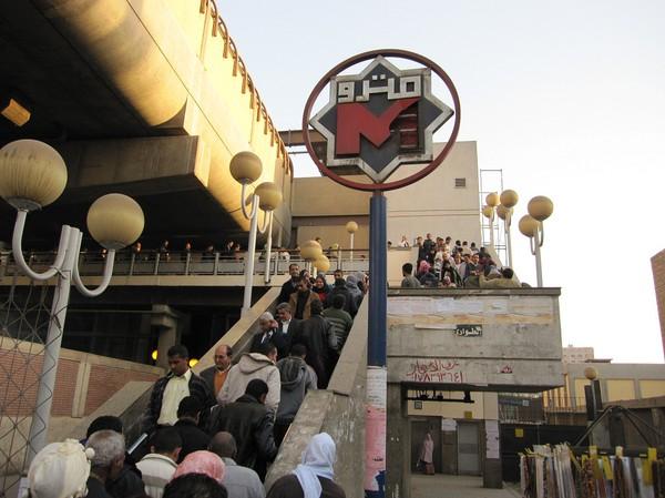 Trångt upp til Metro station Giza. Jag är på väg hem till downtown Kairo efter besöket till pyramiderna.