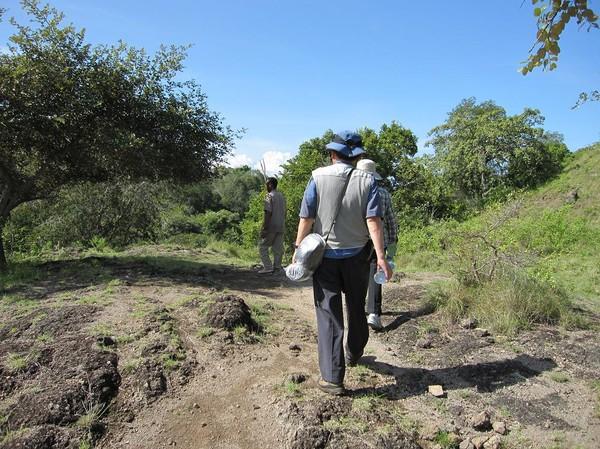 Mina koreanska vänner och guiden tar täten, Komodo island.