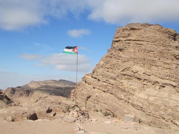 På toppen av berget ovanför Ad-Deir (Monastery), Petra.