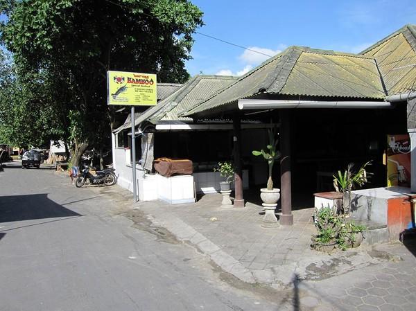 Warung Bamboo, en av de äldsta och mest populära seafood-restaurangerna, Jimbaran beach, Bali.