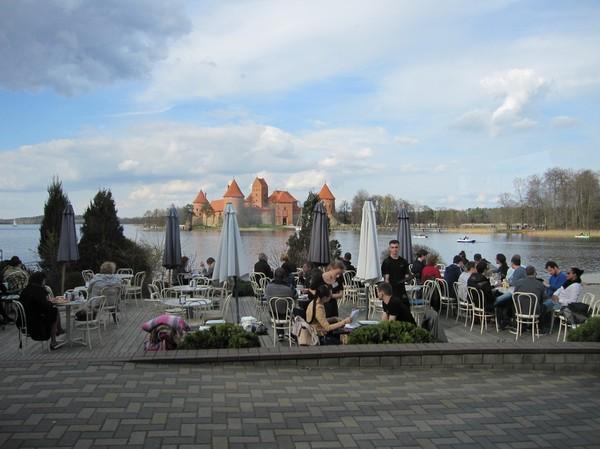 Trevlig middag med utsikt över slottet i Trakai, Trakai.