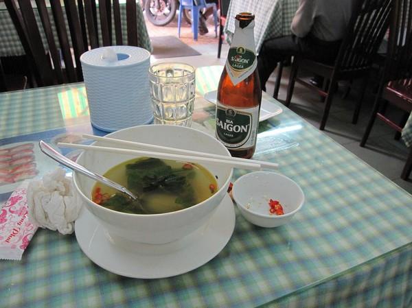 Lunch i backpackerområdet Pham Ngu Lao, Saigon. Jag bad om färska chillies som jag kunde lägga i nudelsoppan!