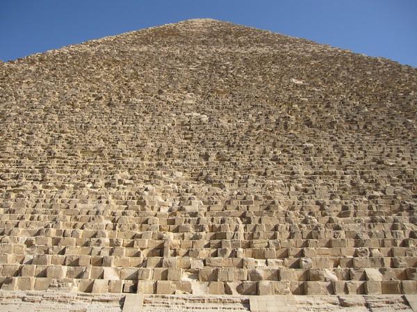Detaljstudie av Cheops ena sida. Betänk att varje block väger runt 2.5 ton och att pyramiden består av ca 2.3 miljoner stycken!