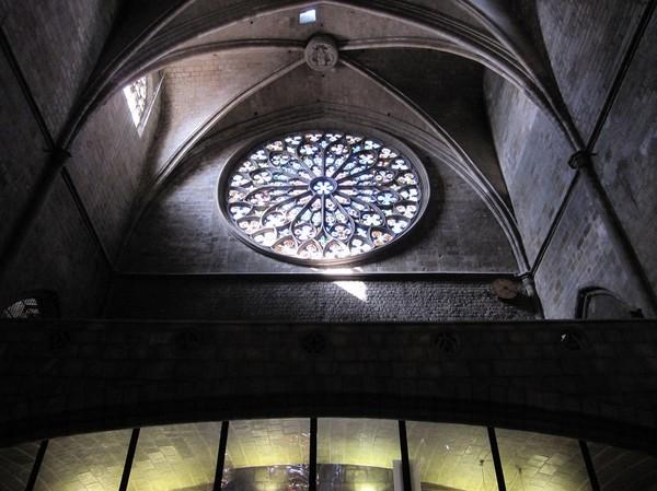 Ett av världens största rosfönster. Fönstret mäter tio meter i diameter. Santa Maria del Pi, Barcelona.